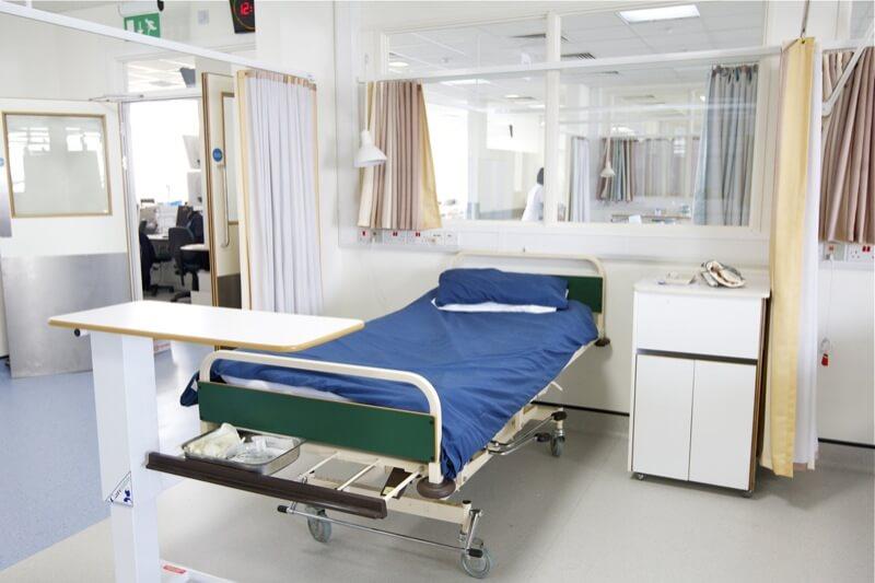 ベッドスペース2 (ベッド一つ)。リクライニングが可能なベッドです。施錠可能なロッカーや、個人用の棚にて所持品を管理します。