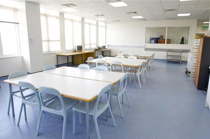 テーブル(食事スペース)。食事はここで取ります。他にもボードゲーム、勉強や読書、参加者との座談など、多目的に使える空間です。